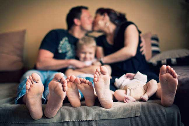 العلماء يناشدون الآباء والأمهات تبادل القبلات أمام أطفالهم