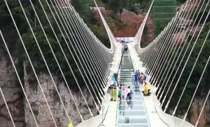 جسر الصين الزجاجي لا تحطمه مطارق الهدم