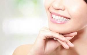 هل تترددين بالابتسامة خشية أن يرى الآخرون اصفرار أسنان