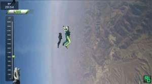 أول قفزة من دون مظلة من ارتفاع 25 ألف قدم