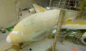 شاهد كيف تم طلاء طائرة إماراتية الأكبر في العالم
