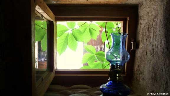 نافذة في بيت طين بنته الناشطة والروائية أتليا بينغام فوق جبل في تركيا