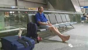 10 أيام انتظارا لصديقته في المطار ويعود خالي الوفاض
