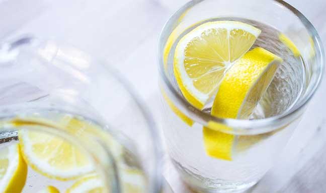 فوائد الماء الدافىء مع الليمون في الصباح صادمة