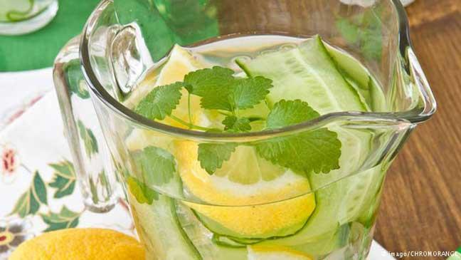 شرب الماء مع الخيار- ملطف للبشرة ومستحضر طبيعي لإنقاص الوزن