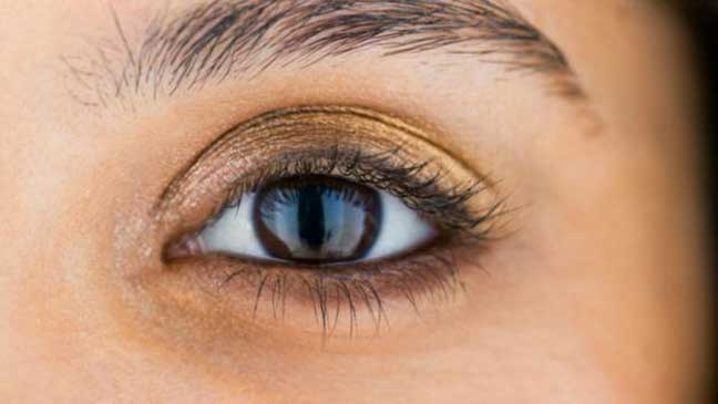 لماذا تظهر هالات سوداء وانتفاخات تحت العين؟