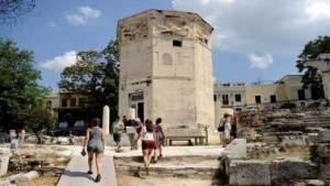 سائحون يزورون برج الرياح اليوناني في وسط أثينا