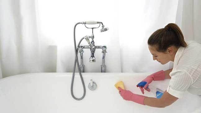 لتنظيف مغطس الحمام بطريقة فعالة