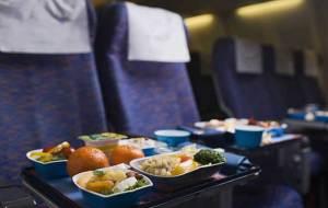 قبل صعودك للطائرة.. تناول هذه الأشياء ولا تأكل هذه