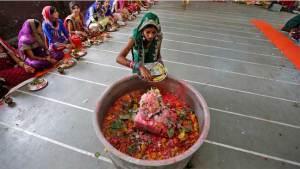 هندية تقطع لسانها وتقدمه قربانا للآلهة الهندوسية