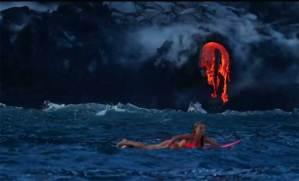امرأة مغامِرة تسبح وسط الحمم البركانية في هاواي