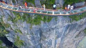 افتتاح ممر زجاجي مخيف حول قمة جبل في الصين