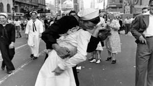 """صورة """"يوم الانتصار في ساحة تايم"""" الشهيرة"""