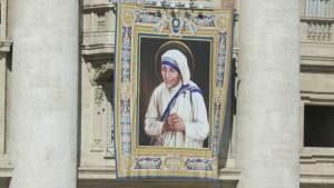 بابا الفاتيكان يعلن قداسة الأم تيريزا
