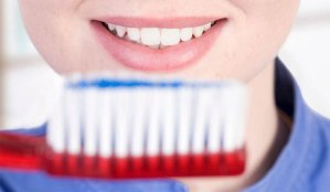 أخطاء نرتكبها لدى تنظيف أسناننا بالفرشاة