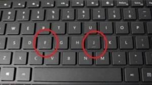 """لماذا يوجد خطّ تحت حرفي """"J"""" و""""F""""؟"""
