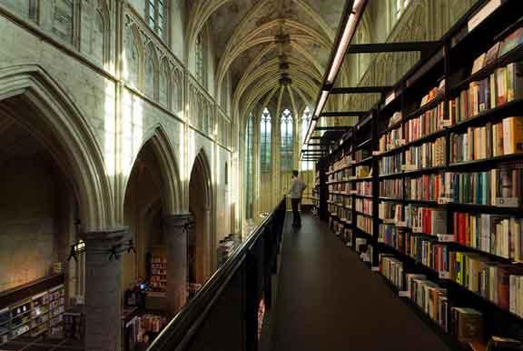 مكتبة في الكنيسة، ماستريخت، هولندا