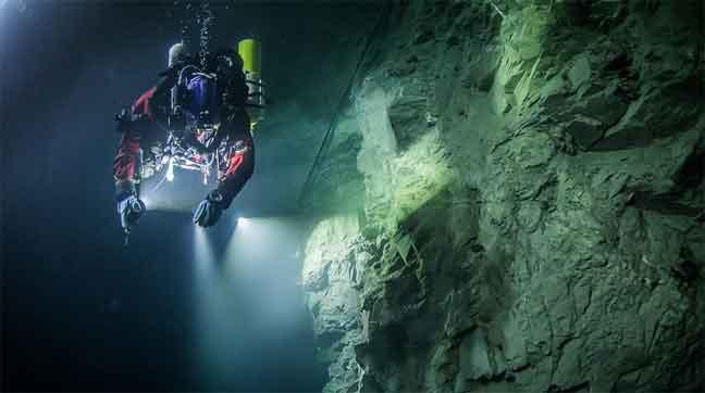 أعمق كهف تحت الماء