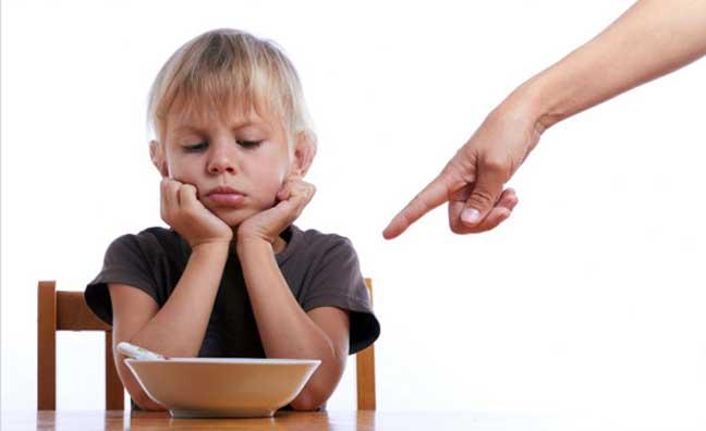 إجبار الأطفال على إكمال الطعام يزيد السمنة