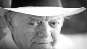 حائز جائزة نوبل للآداب يتوفى في ذكرى تسليمها له