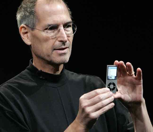 ستيف جوبز يعرض أحد أجهزة أيبود