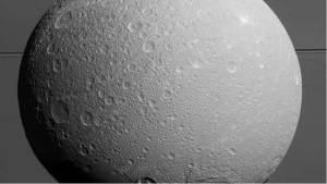 دراسة تكشف عن أن قمرا تابعا لزحل يحوي محيطا