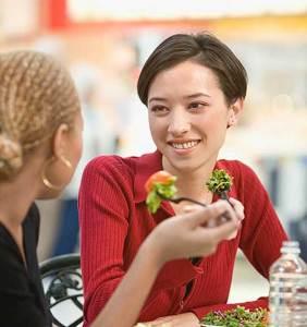 هل الأكل بين الوجبات مفيداً أم ضاراً