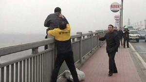 صيني يحقق شهرة عالمية بإنقاذ حياة 321 منتحرا