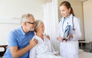 علماء يربطون بين الحذر الشديد عند كبار السن وجفاف الدماغ