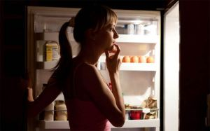 تناول الطعام قبل النوم عادة مضرة
