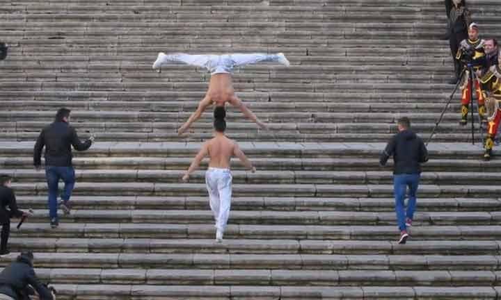 أخوان يصعدان السلالم رأساً فوق رأس
