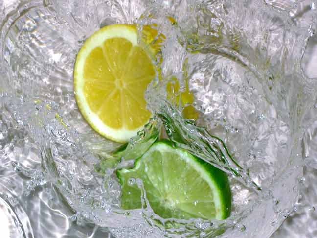الماء الدافئ مع الليمون على الريق وقبل النوم