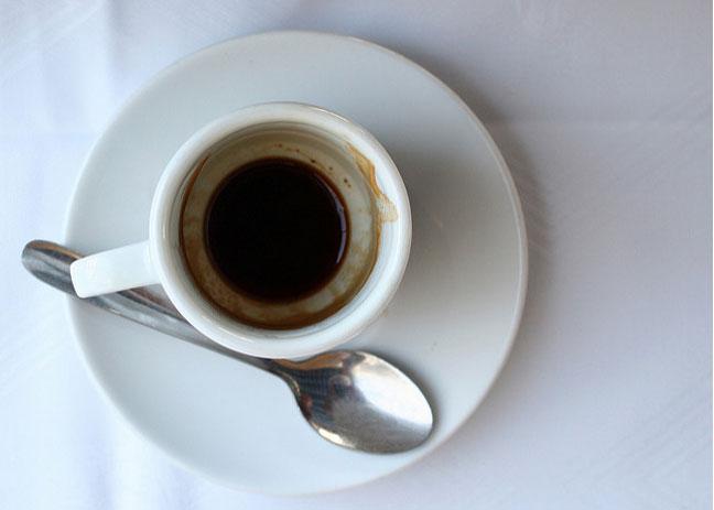 لا تتخلص من بقايا القهوة.. استخداماتها مفيدة
