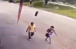 إطار يضرب رجل بعنف