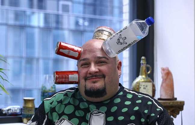 أمريكي يتمتع بموهبة لصق الأشياء على رأسه بطريقة غريبة