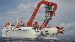 الغواصة الصينية بدأت رحلتها نحو أعمق نقطة في محيطات الأرض
