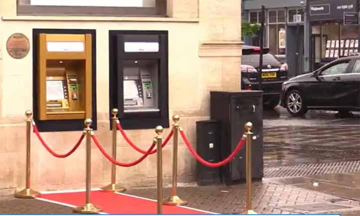 أول صراف آلي بالعالم يكتسي اللون الذهبي لبلوغه 50 عاما