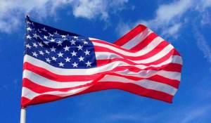 أمريكية تتلقى تهديدات بعد تبولها على علم أمريكا