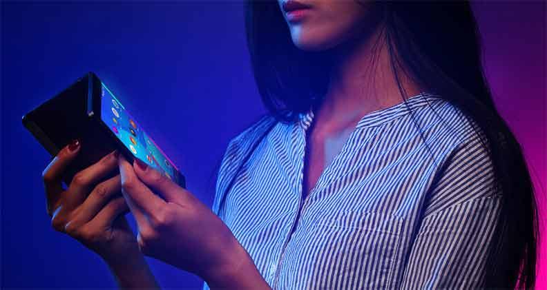 حاسوب لوحي يطوى ويتحول إلى هاتف ذكي