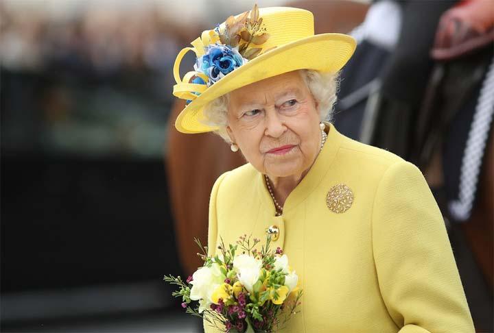 لماذا لا تملك ملكة بريطانيا جواز سفر؟