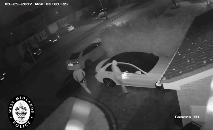 سرقة مبتكرة للسيارات في دقيقة واحدة