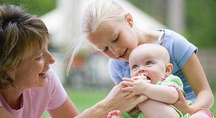 خمس نصائح للعناية ببشرة طفلك حديث الولادة