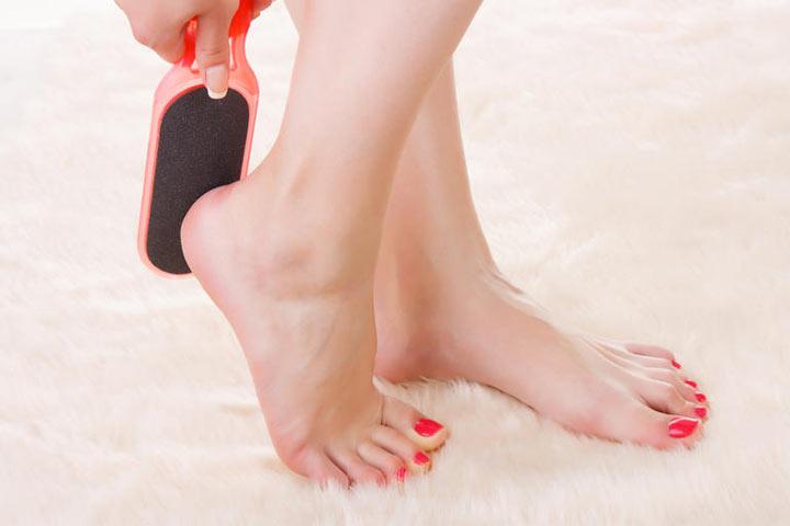 طبقي هذه الخلطات الطبيعية لتبييض القدمين لتستمتعي بحفلات الصيف