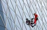 """ابن 55 عاما.. """"الرجل العنكبوت"""" يتسلق ناطحات السحاب حول العالم"""