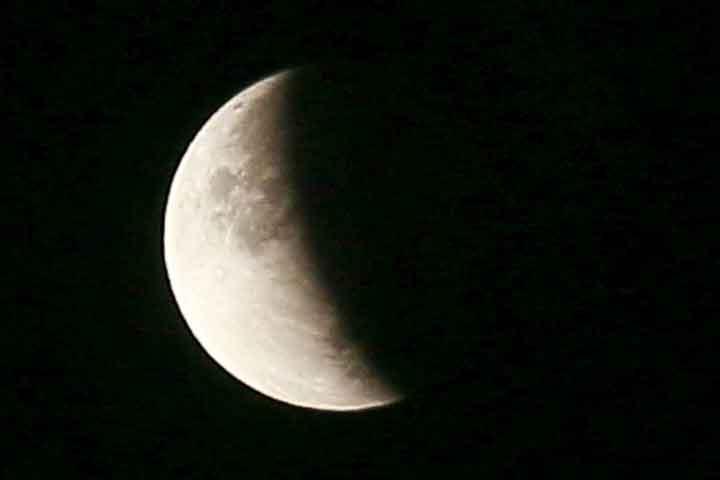 كشف سر الجانب المظلم للقمر