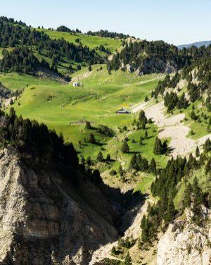 On voit le Pas de l'Aiguille en arrière plan du paysage