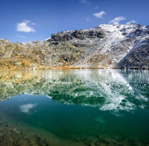 Le magnifique lac Serpent à moitié gelé