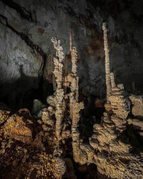 Des stalagmites dans la grotte d'Aven D'Orgnac au coeur de la provence Occitane