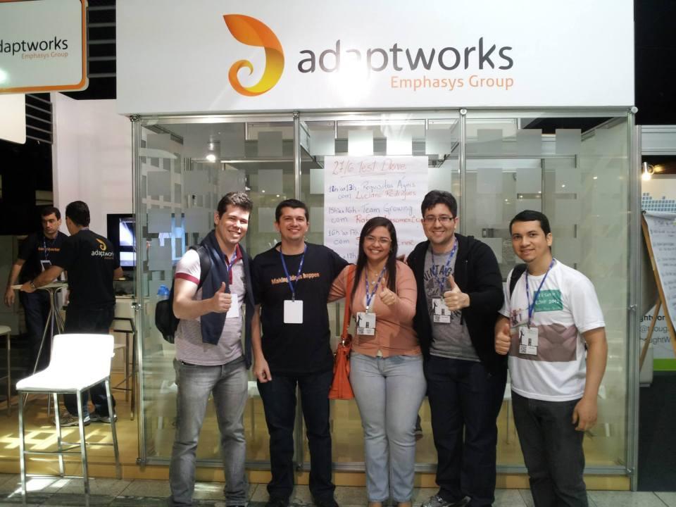 Galera do Tá Safo! prestigiando o stand da AdaptWorks com nosso amigo AleXandre Magno!