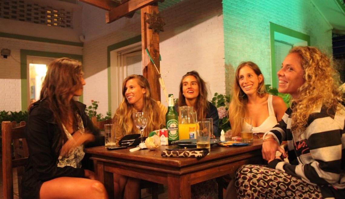 Chicas en el bar TasD'Viaje
